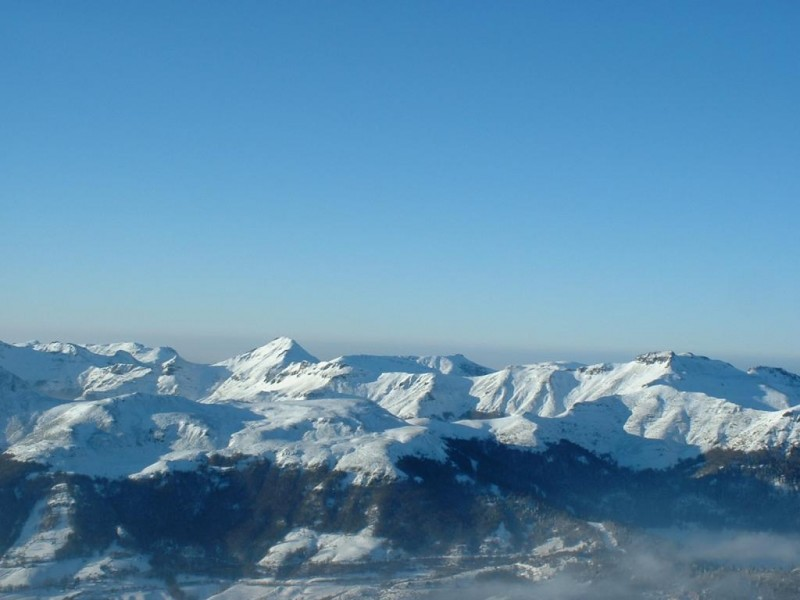 Monts du Cantal sous la neige vue depuis le Plomb du Cantal (1855 m),  Crédits : CG BBT