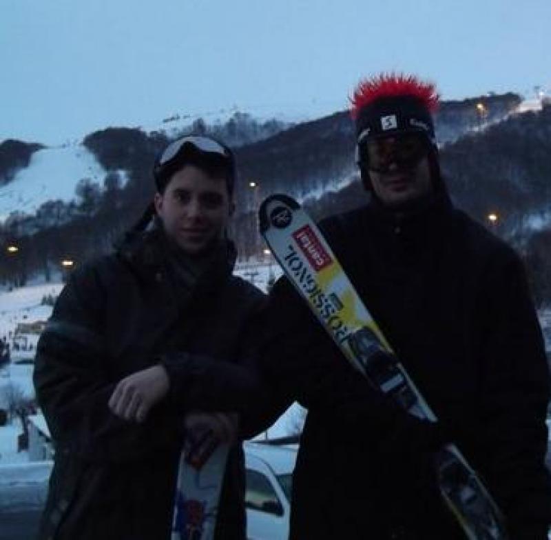 Deux riders Cantalien (Dandan et G�g�), posent fierement avec leurs skis sponsoris�s par Cantal Auvergne