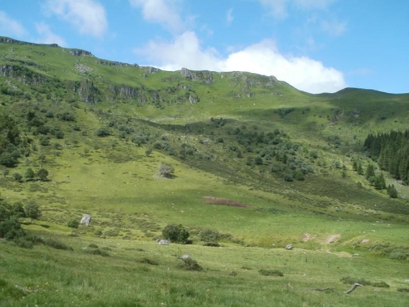 Le cirque de Chamalière et les pointement du Puy du Rocher (1813 m), de l'Aiguillon (1665 m) et du Rocher de la Sagne du Porc (1716 m). Crédit : CG15-BBT