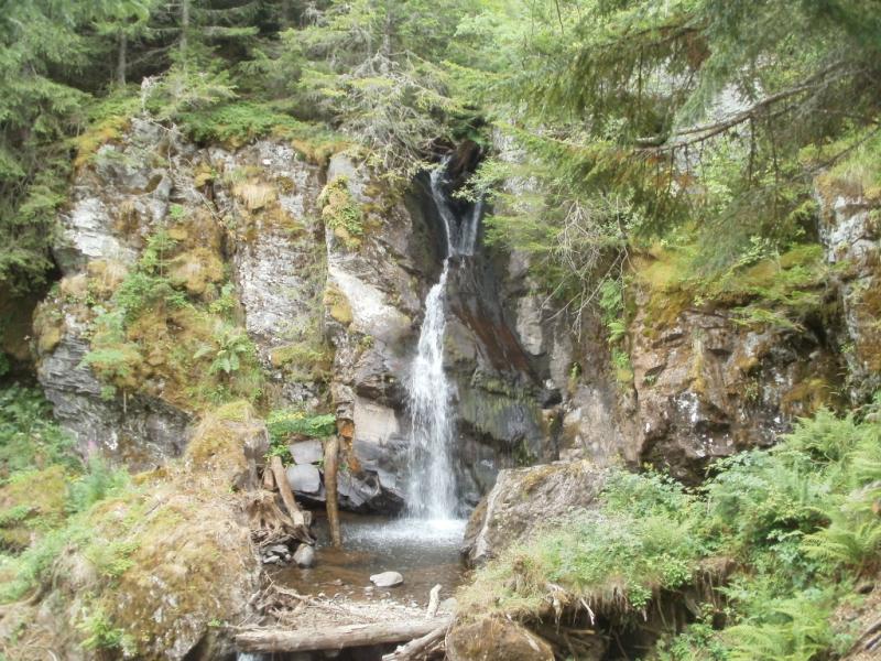 La cascade du Lagnon sur le GR®400 entre Albepierre-Bredons et Prat de Bouc,  Crédits : CD15-BBT