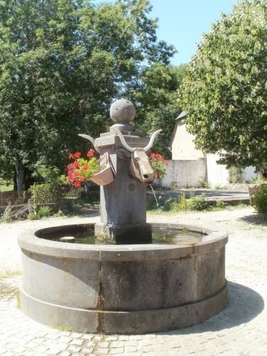 La fontaine de Montgreleix, Tour des Vaches Rouges,  Crédits : CD15-BBT