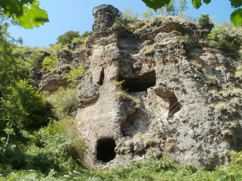 La roche percée, sur le sentier éponyme, commune de Laveissière,  Crédits : CD15-BBT