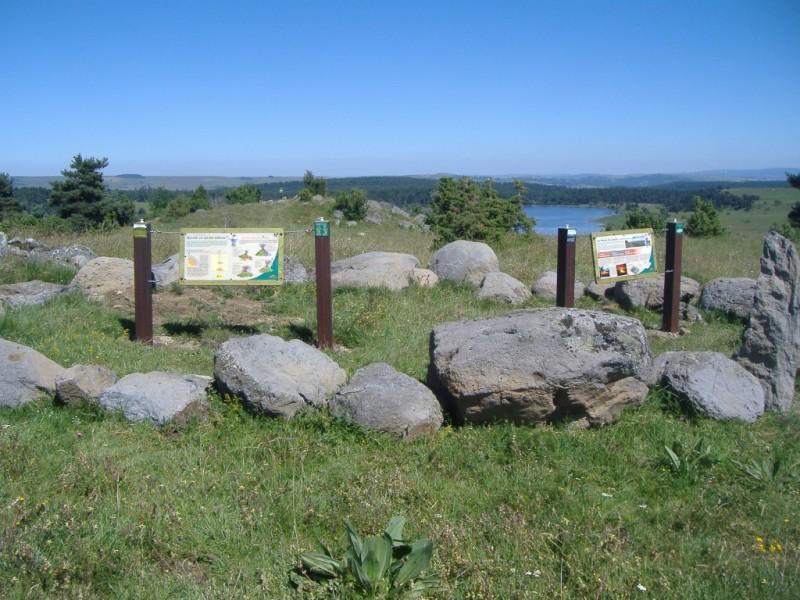 Sentier d'interprétation des paysages du Cantal, depuis le promontoire dominant de Lac du Pécher classé espace naturel sensible (ENS),  Crédits : CD15-BBT