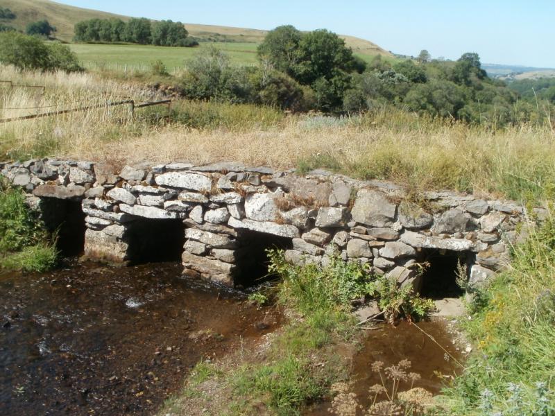 Crédits : En amont de la cascade du Sailhant, le Bonjon et son pont de pierre, commune de Marcenat au coeur du Cézallier
