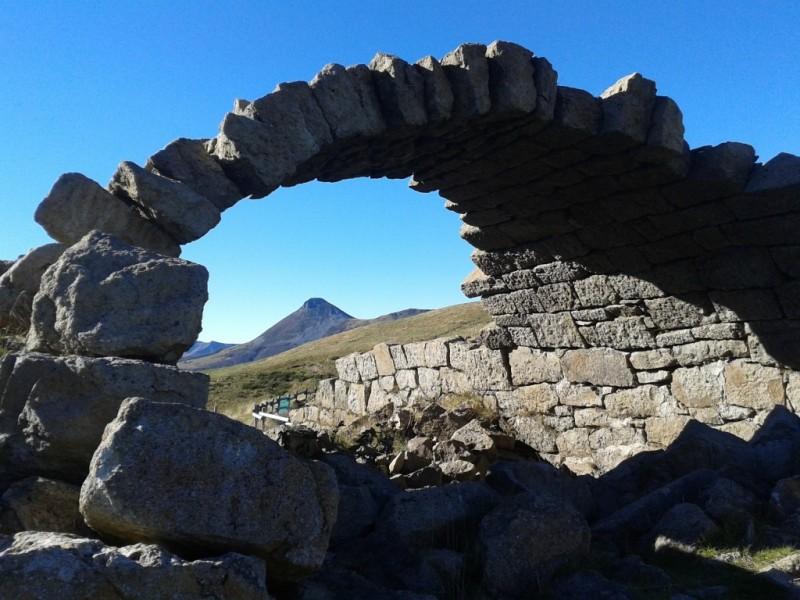 Ruines du buron des Gardes, dans l'ascension du Plomb du Cantal (1 855 mètres),  Crédits : CD15-BBT
