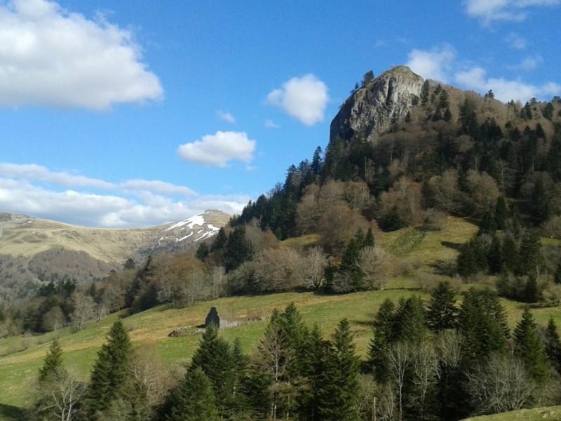 Le Roc du Merle et ses 1347 mètres, commune du Falgoux,  Crédits : CD15-BBT