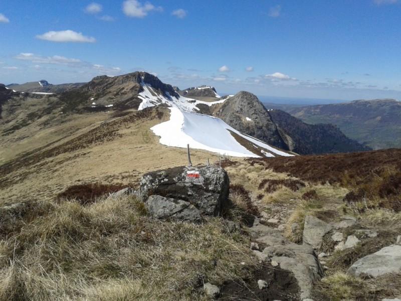 Depuis la base de la Chapeloune (1686 mètres), la Roche Taillade (1654 mètres) et le Roc d'Hozières (1614 mètres),  Crédits : CD15-BBT