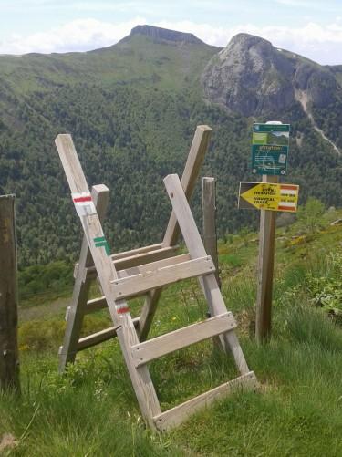 GR®400 nouveau tronçon sous la face ouest du Puy Mary,  Crédits : CD15-BBT