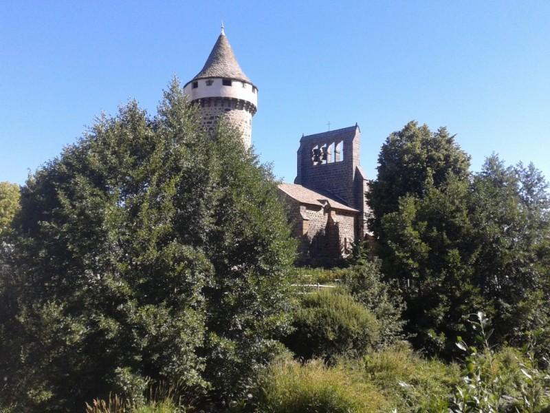 Eglise fortifiée de Roffiac, au départ de l'itinéraire Le Dolmen de Vedernat,  Crédits : CD15-BBT